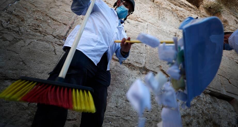 Фото дня: Стену Плача очищают от записок, которые оставляют верующие
