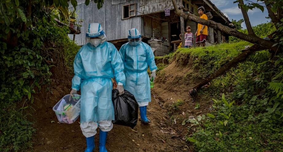 Фото дня: медработники обходят дома в горных деревнях Филиппин